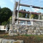 Terrassenmauer mit Gerüst